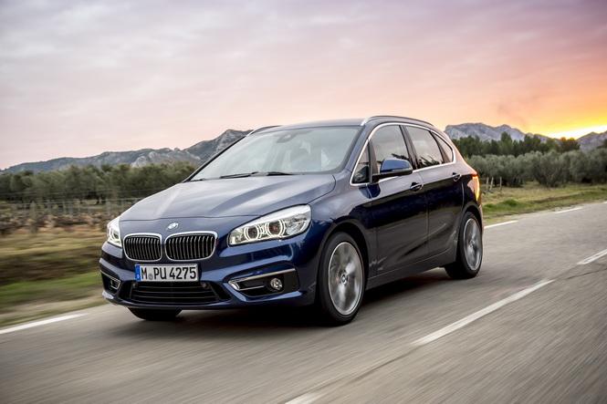 [新聞照片一] 正2017年式BMW 1系列、2系列、3系列全車系於本月交車可享1年乙式全險,另限量加贈「華航亞洲線商務艙雙人機票」