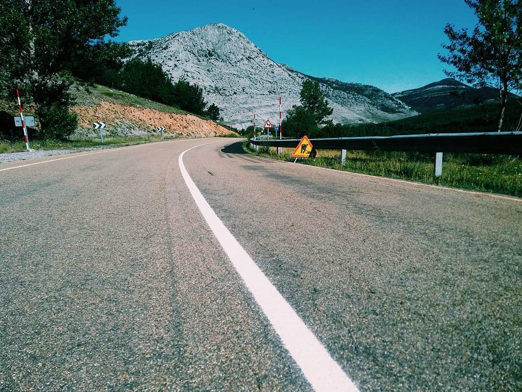 Carreteras de las de antes. Lejos de las autopistas. Con curvas, montañas, pueblos... #roadtrip #mountainroad #photography #phonephoto #vsco