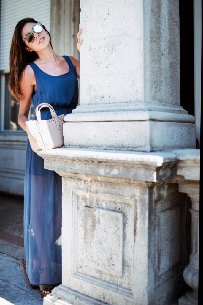 vestito lungo azzurro con mini bag rosa moscova 47