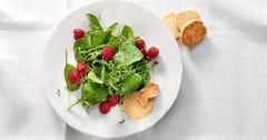 Letní salát se sýrovými sablés