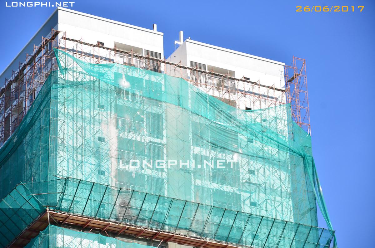 Tháp Nam M2 đang hoàn thiện 26/06/2017 ban công và lan can.