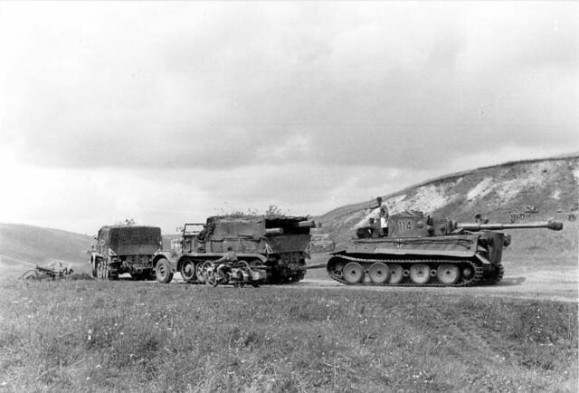 """""""Επιχείρηση Citadel"""", ένα άρμα μάχης Panzer Mk VI """"Tiger"""" ρυμουλκείται απ'ενα FAMO των 18 τόνων."""