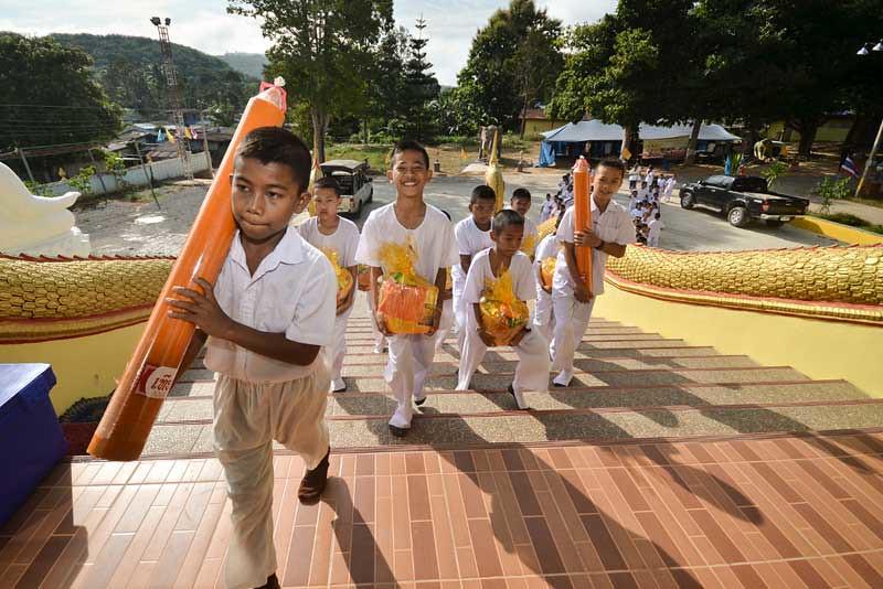 Jelang Asalha Puja dan Awal Vassa 2559 EB, para siswa sekolah setempat mempersembahkan lilin phansa untuk para bhikkhu di Vihara Wangmai, Distrik Betong, Provinsi Yala, Thailand.