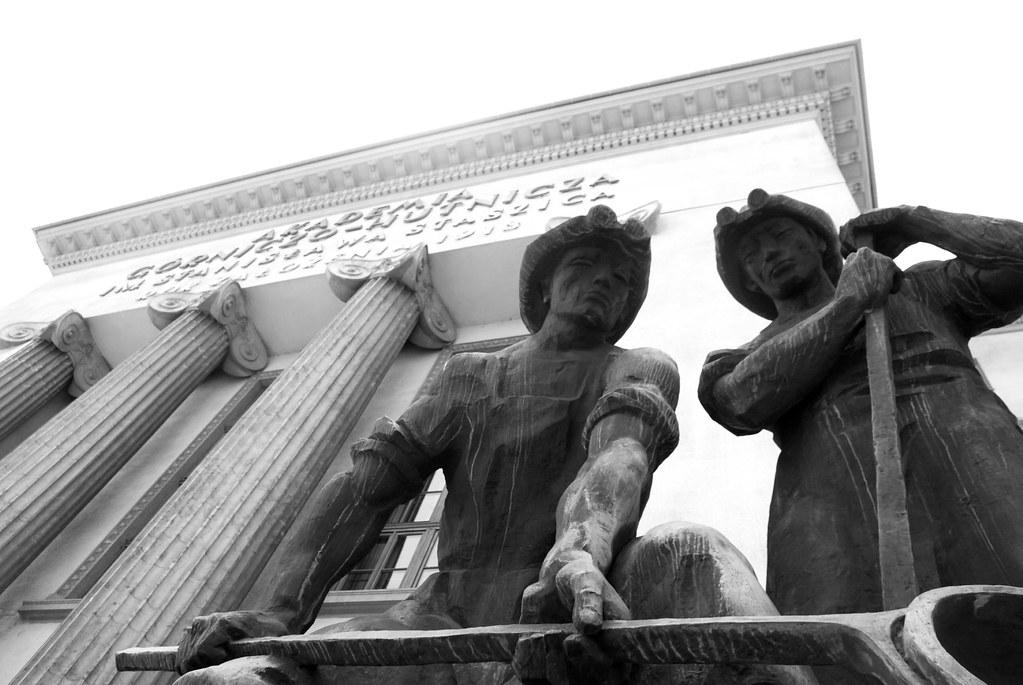 Statue dans le style réalisme socialiste près du Musée National (batiment principal) de Cracovie.
