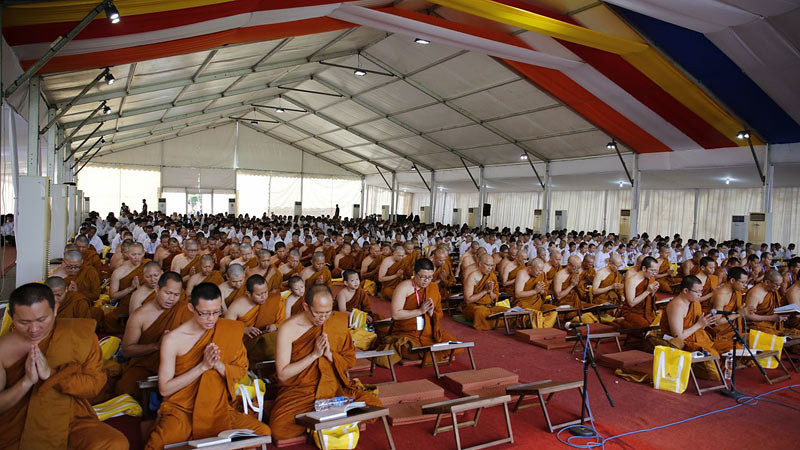 Para bhikkhu dan upasaka-upasika melakukan pelantunan Tipitaka dalam kegiatan acara Indonesia Tipitaka Chanting 2017 di Candi Borobudur, Kamis (6/7/2017).