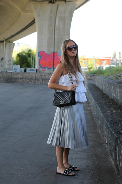 silver-skirt-and-shoes-with-pearls-whole-outfit-side-wiebkembg