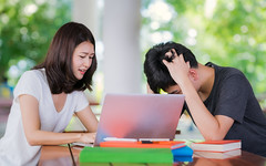 Student tutor teach her friend before examinatuin in out door library