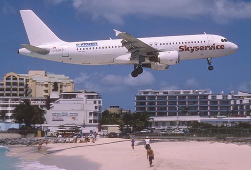 284bm - Skyservice Airbus A320-212; C-GJUQ@SXM;06.03.2004