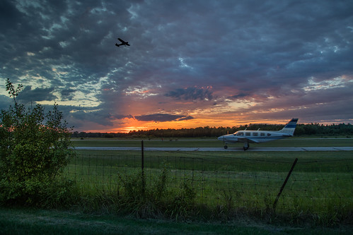 canoneos5dmarkiv airport barstow midland michigan mi airplane vuelo cesna prop sunset atardecer evening june summer fence forest midmichigan