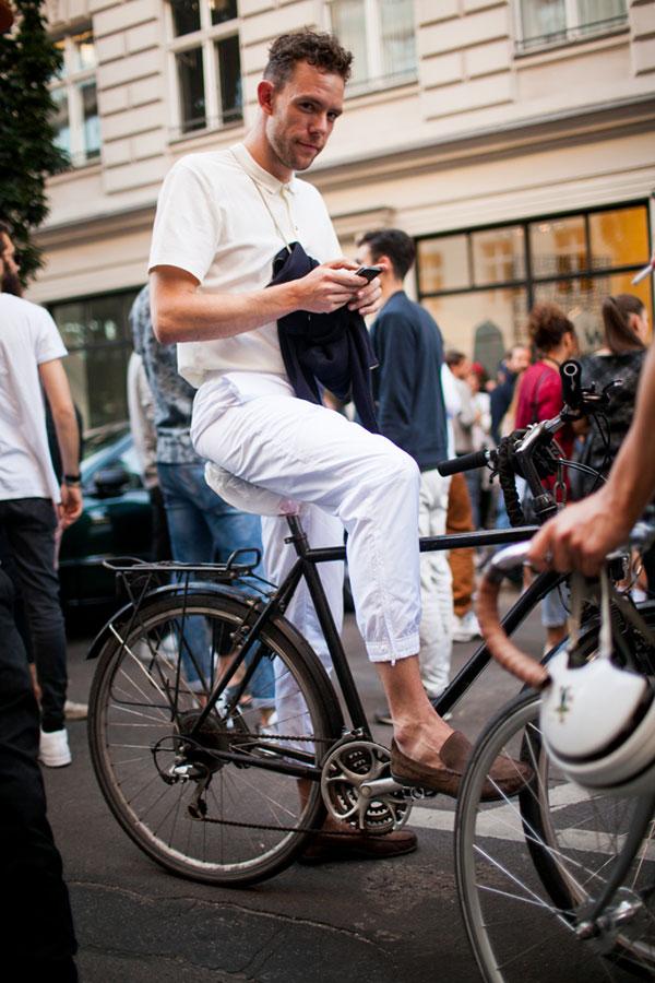 アイボリーポロシャツ×白リブパンツ×ブラウンスエードローファー