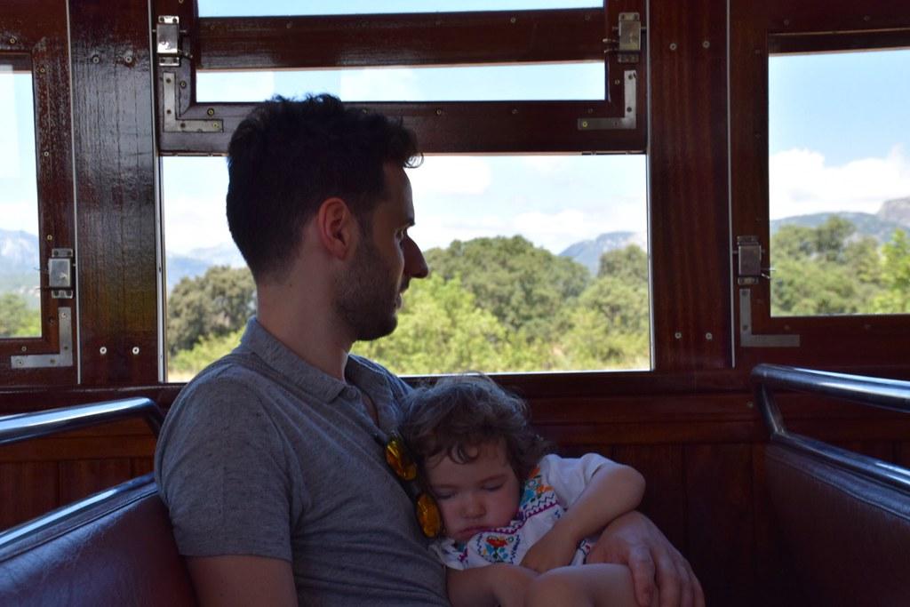 Una siesta con papá para recuperar fuerzas.