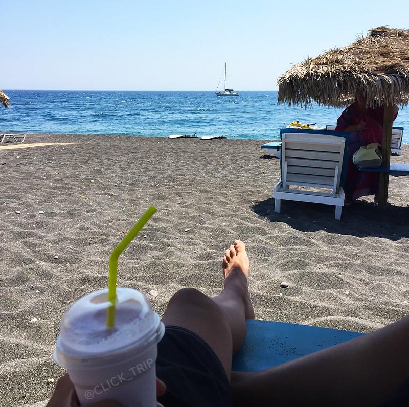 · Disfrutando de las vacaciones en la playa Perissa, Santorini ·