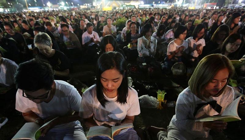 Umat Buddha melantunkan paritta menyambut Tahun Baru 2017 di Sanam Luang, Bangkok, Thailand.