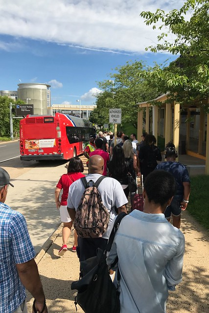 土, 2017-06-24 09:55 - 地下鉄の工事で代替バスを待つ列