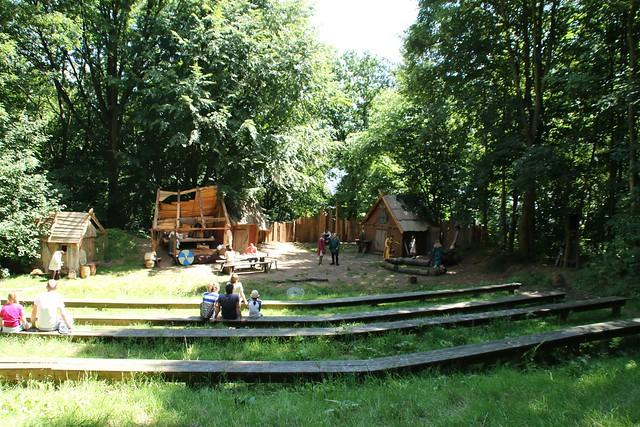 """Die Theaterkulisse für das Stück """"Estlas Reise"""" oben auf der Hochburg von Haithabu - WHH 09-07-2017"""