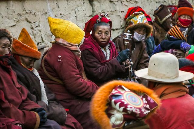 Buddhist nuns sitting and chatting, Tagong 公塔 井戸端会議中の尼僧さんたち