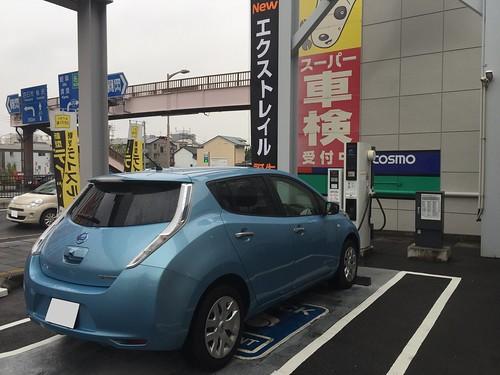 愛知日産上更通店で急速充電中の日産リーフ