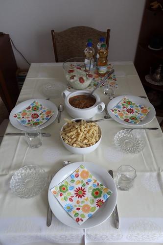Schweinegeschnetzeltes mit Spiralnudeln und Gurkenschmandsalat (Tischbild)