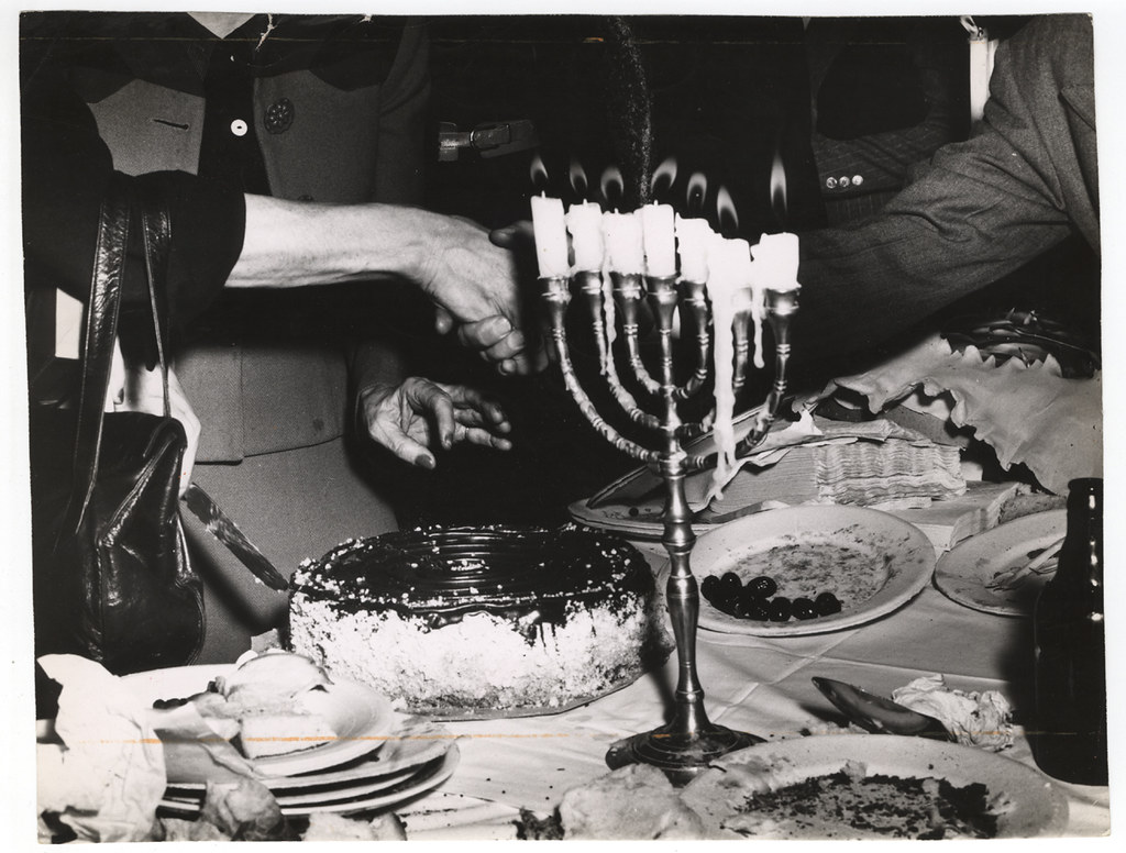 006---weegee_1946---menorah and cake