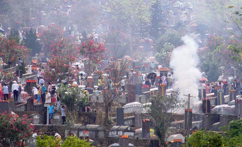 Warga membakar persembahan dan menyapu makam di pemakaman sehari sebelum Festival Cheng Beng (Qingming) pada 3 April 2016 di Sanya, Provinsi Hainan, Tiongkok.
