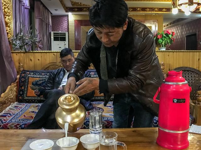 A man serving Tibetan milk tea, Luhuo ルーフォ チベット料理店でミルクティをサーブする男性