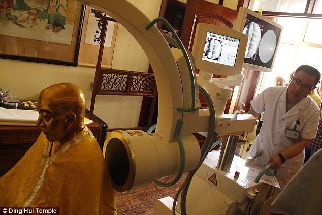Pihak medis melakukan pengaturan CT scan untuk mumi Master Cí Xián pada 8 Juli.