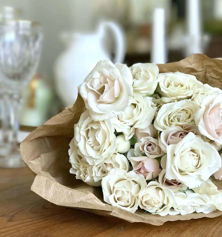 book-blog-white-roses-paper