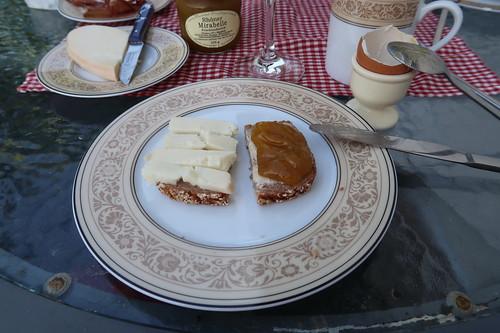 Ziegenkäse (aus dem Regionalladen auf der Wasserkuppe) und Fruchtaufstrich aus Rhöner Mirabellen auf Dinkelbrot (von der Antonius Bäckerei)