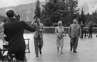 King George VI, Queen Elizabeth and the Rt. Hon. Mackenzie King at Banff, Alberta / Le roi George VI, la reine Élisabeth et le premier ministre Mackenzie King à Banff, (Alberta)