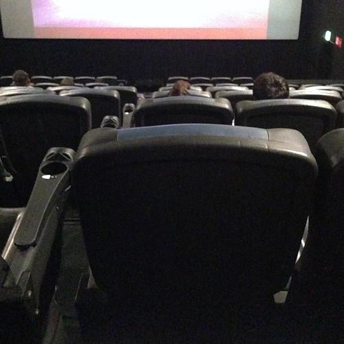 座席が豪快に動いて、背中もドンドン押されるし、足元さわさわさわとか、顔にスプレーブシャとか、変な土砂の臭いとか、これが普通の映画館だったら苦情もの。