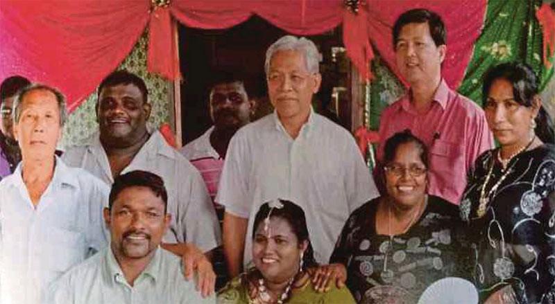 C. Cheniah (kedua dari kanan, pakaian hitam) berfoto bersama dengan sanak keluarga dan Menteri Pendidikan Tinggi Malaysia, Idris Jusoh (keempat dari kanan/tengah).