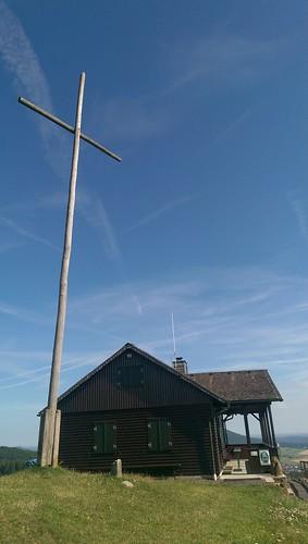 Dermbacher Hütte mit Gipfelkreuz