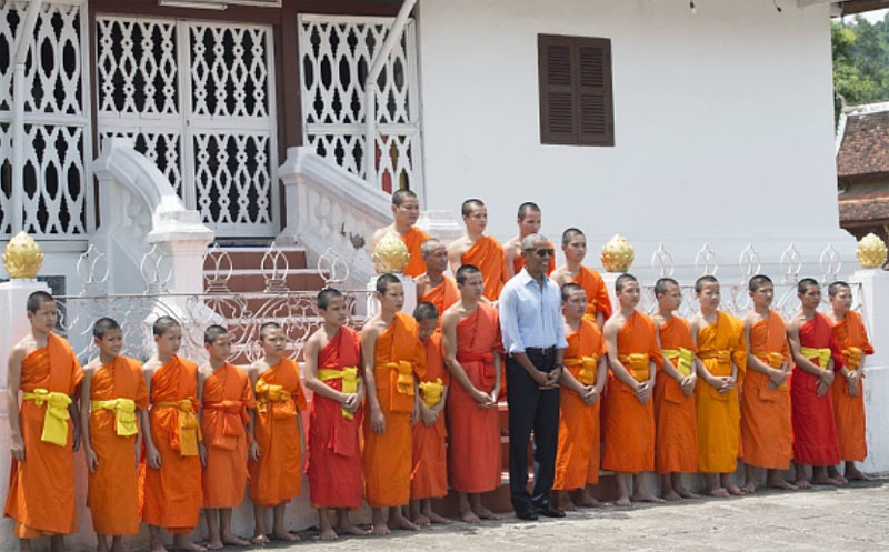 Presiden A.S. Barack Obama bersama para viharawan di Vihara Xieng Thong (Wat Xieng Thong), Luang Prabang, Laos, 7 September 2016.