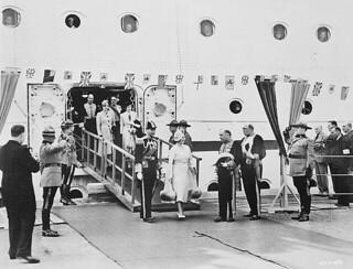 The Rt. Hon. Mackenzie King and the Hon. Ernest Lapointe greeting King George VI and Queen Elizabeth... / Le premier ministre Mackenzie King et le ministre Ernest Lapointe accueillant le roi George VI et la reine Élisabeth...