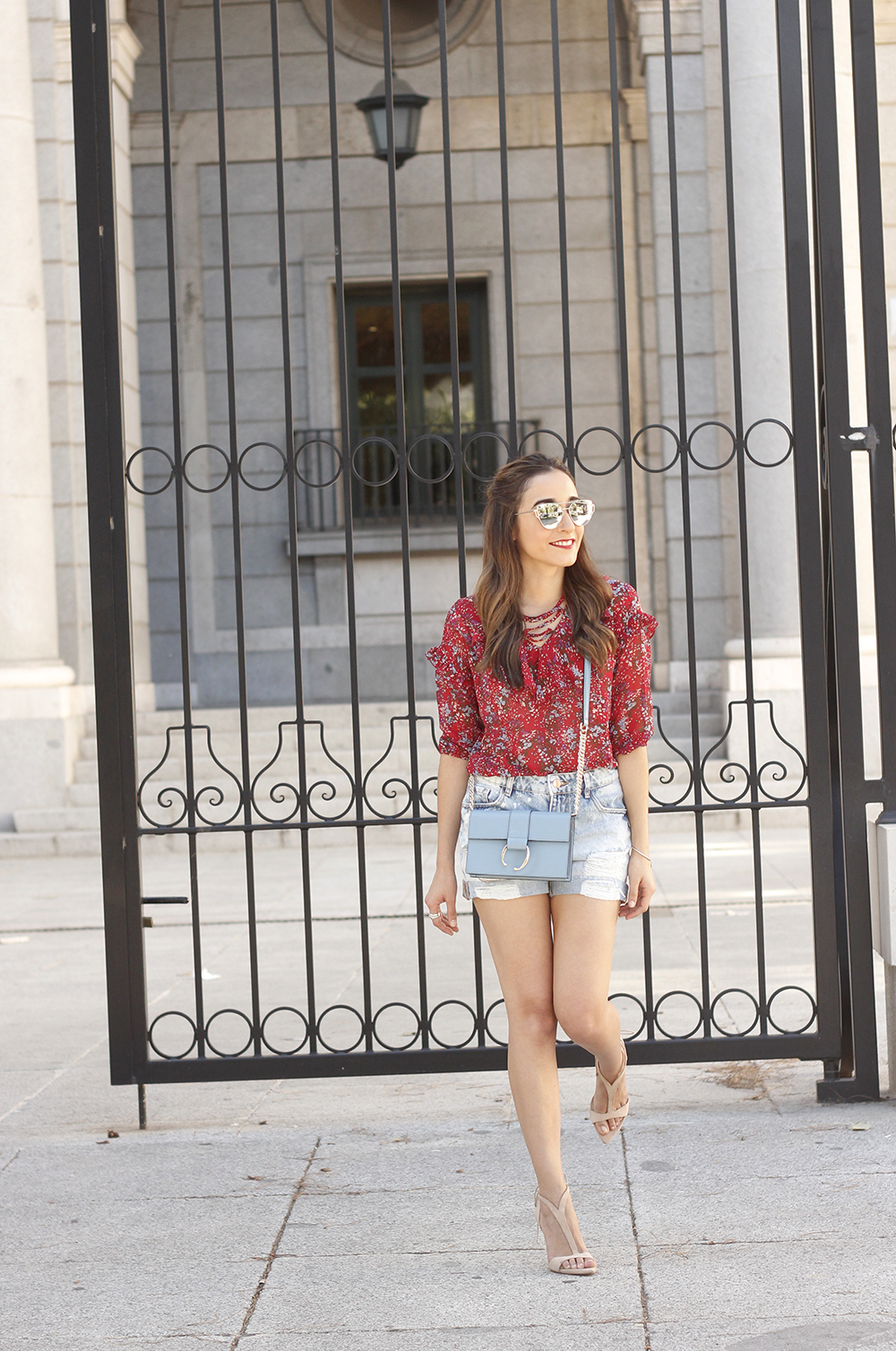 Red flower blouse ripped shorts heels uterqüe bag summer outfit06