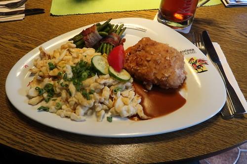 """""""Rhöner Hirtensäckchen"""" = Schweinefleisch gefüllt mit Schafskäse und Rauchfleisch, dazu Bohnen-Speck-Bündchen und Maddespätzle"""
