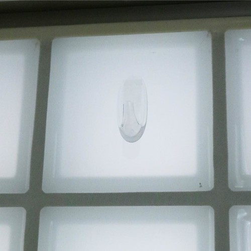 こんなガラス面にフックを設置することにしました。ネジや釘では無理ですが、コマンド(TM) フックなら設置可能。
