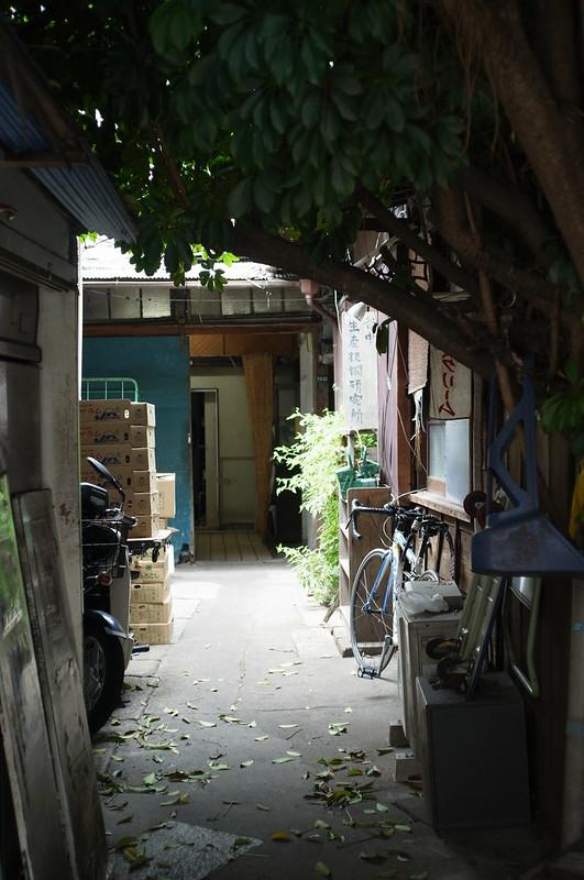 谷中銀座路地の蕎麦屋の作業口