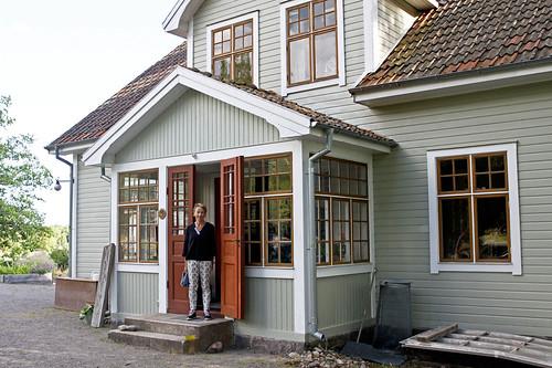 Barbro Mellqvist på trappen till Edgards