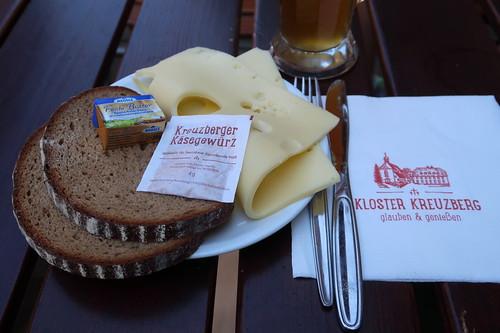 Käsebrot zum in der Brauerei des Kloster Kreuzberg hergestellten Weizen