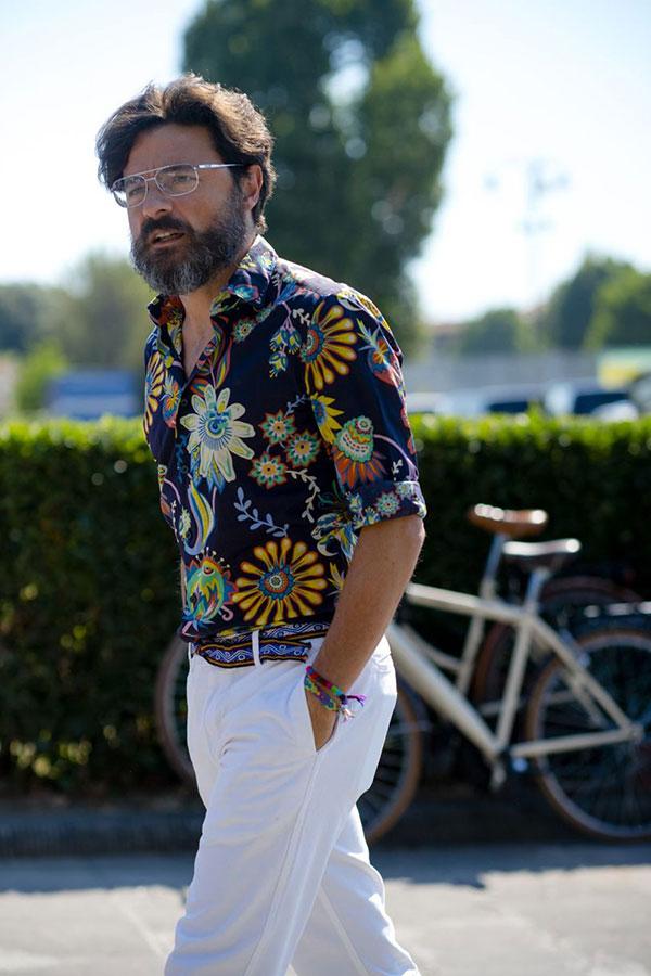 ネイビー柄半袖シャツ×白パンツ