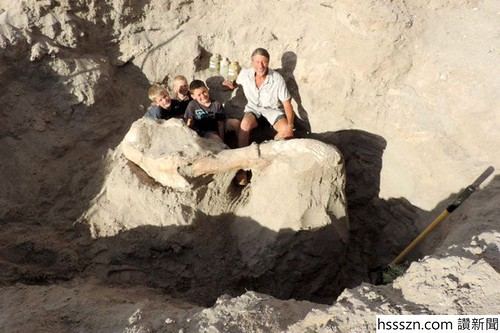 Jude-Sparks-9-year-old-finds-1.2-million-year-old-fossil-2-889x592_889_592
