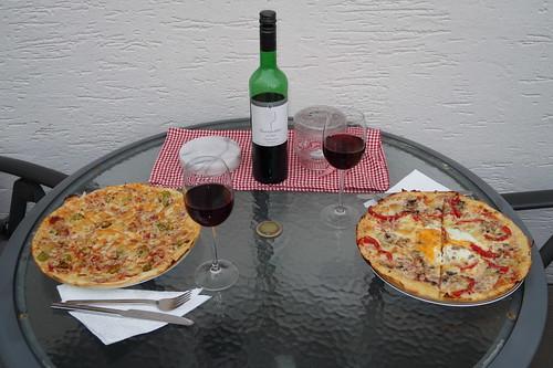 Pizza und Wein auf dem Balkon unserer Ferienwohnung in Poppenhausen (Wasserkuppe)