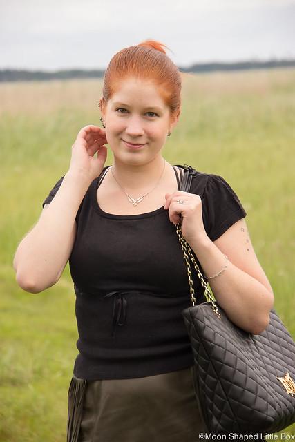 OOTD Outfit Leatherskirt Nahkahame Hapsut Tyyliblogi Muoti pukeutuminen päivän asu bloggaaja Ompelimo Rokita Love Moschino Bag