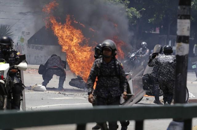 Durante votação, oposição faz ato terrorista em Caracas; ações deixam mortos no país