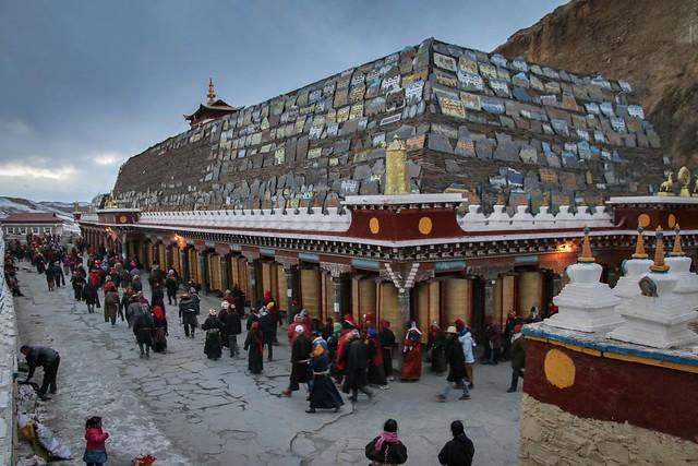 Tibetan people walk around prayer wheels under huge mani stones, Tagong 公塔 世界最大級らしいマニ塚の周囲をコルラする人々