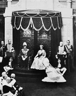 Queen Elizabeth and King George VI in the Senate Chamber giving Royal Assent to legislation, Ottawa, Ontario / La reine Élisabeth et le roi George VI à la salle du Sénat, accordant la sanction royale à une loi, Ottawa (Ontario)