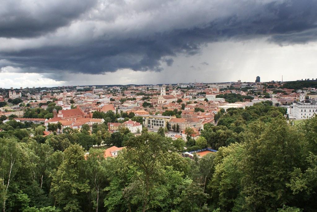 Panorama sur la capitale lituanienne du sommet de la colline aux trois croix à Vilnius.