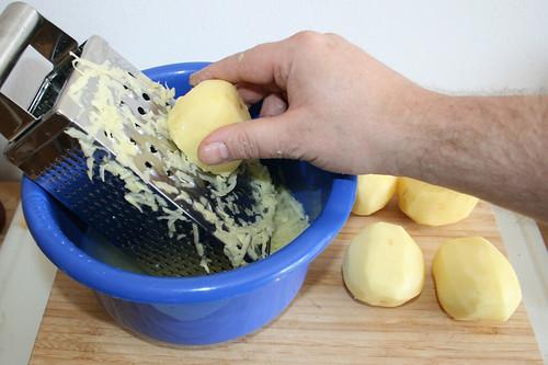15 - Kartoffeln in kaltes Wasser reiben / Grate potatoes in cold water