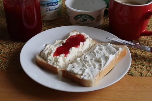 Frischer Schmand mit Erdbeermarmalade sowie Kräuterziegenrahm auf Toast